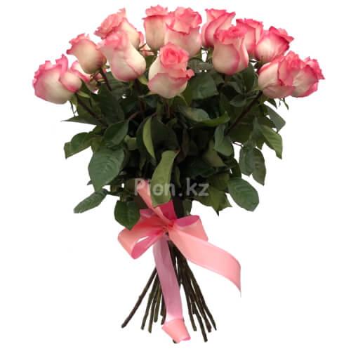 Букет из бело-розовых роз