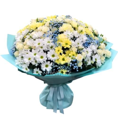 Хризантемы с нежными розами